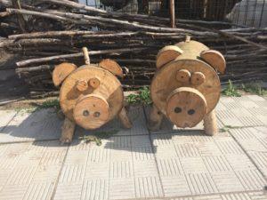 декор сада деревенский стиль деревянные свинки