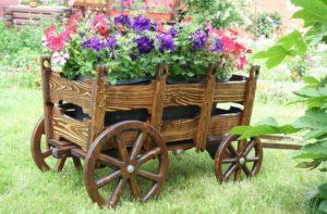 деревянная телега с цветами