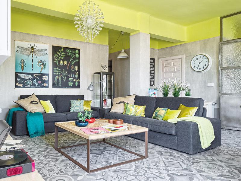 яркий потолок гостиной